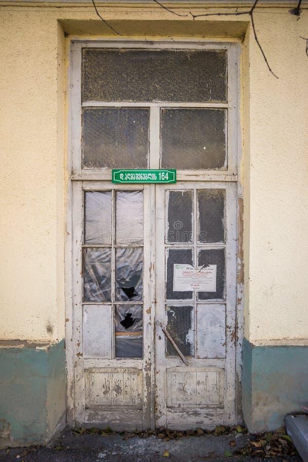 Entrada velha da casa do grunge em Geórgia foto de stock