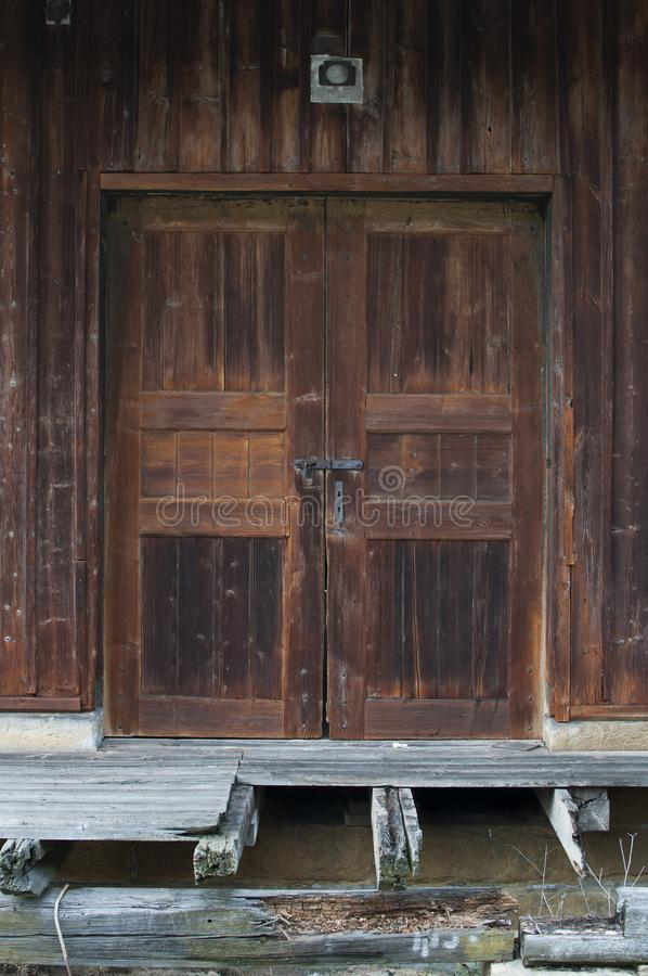 Entrada velha fechado da porta na construção de madeira fotos de stock