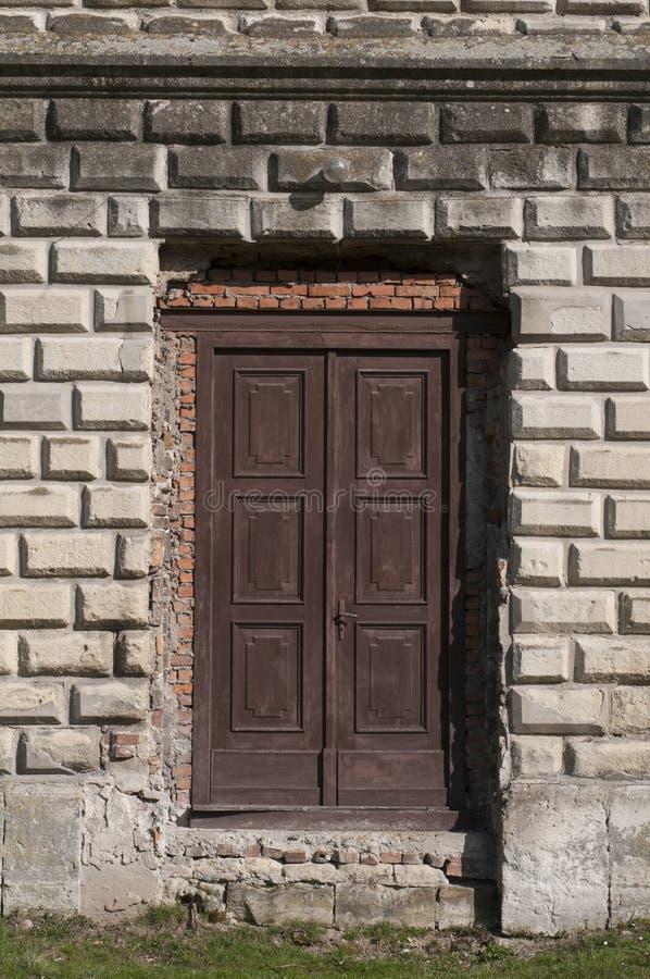 Entrada velha fechado da porta no palácio imagens de stock