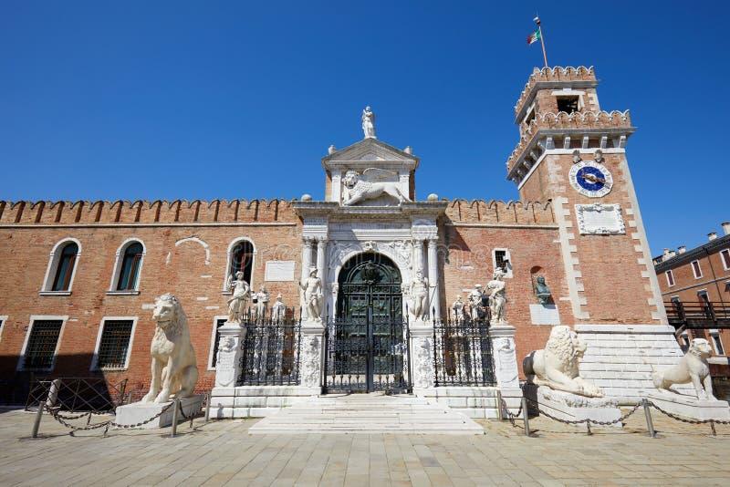 Entrada veneciana del arsenal con las estatuas blancas en Venecia, Italia imagenes de archivo