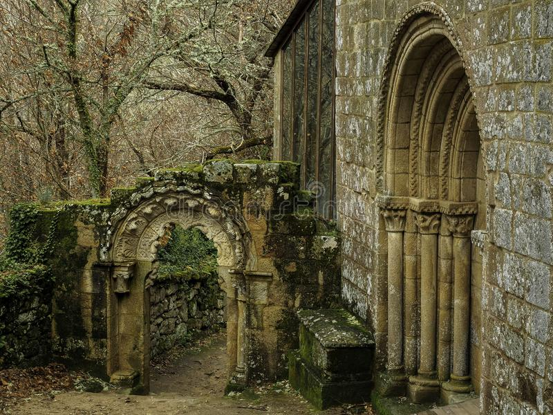 Entrada y arco de Santa Cristina de Ribas del Sil fotografía de archivo