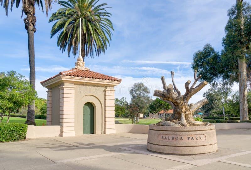 Entrada y escultura del parque del balboa fotos de archivo
