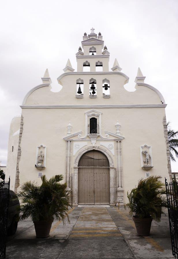 Entrada y fachada históricas Mérida, México de la iglesia imagen de archivo libre de regalías