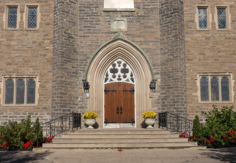 Entrada y flores de la iglesia imágenes de archivo libres de regalías