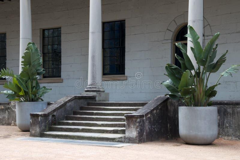 Entrada y mirador al edificio colonial fotografía de archivo