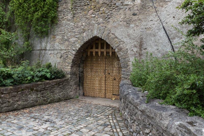 Entrada y rastrillo arqueados, castillo de Malahide, Irlanda foto de archivo