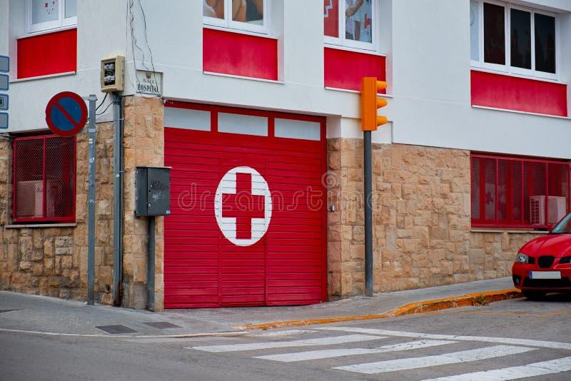 Entrada a y señalización para un departamento de emergencia del hospital fotos de archivo