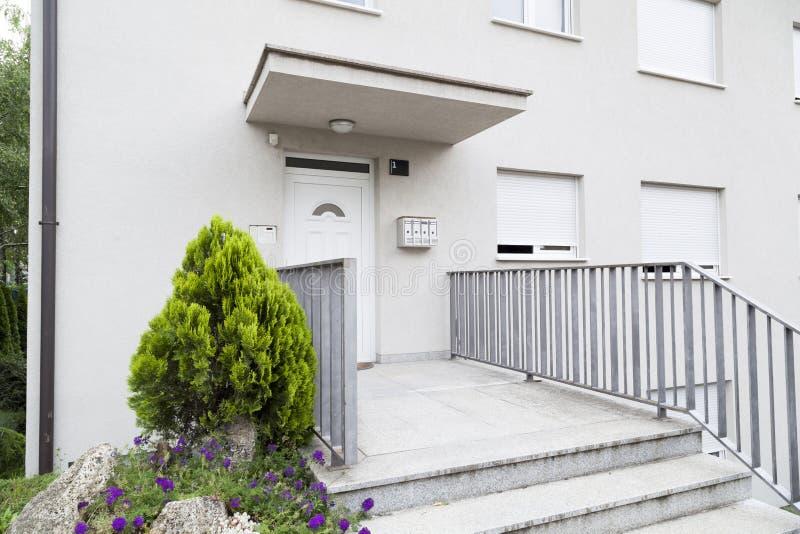 entrance huset arkivfoto