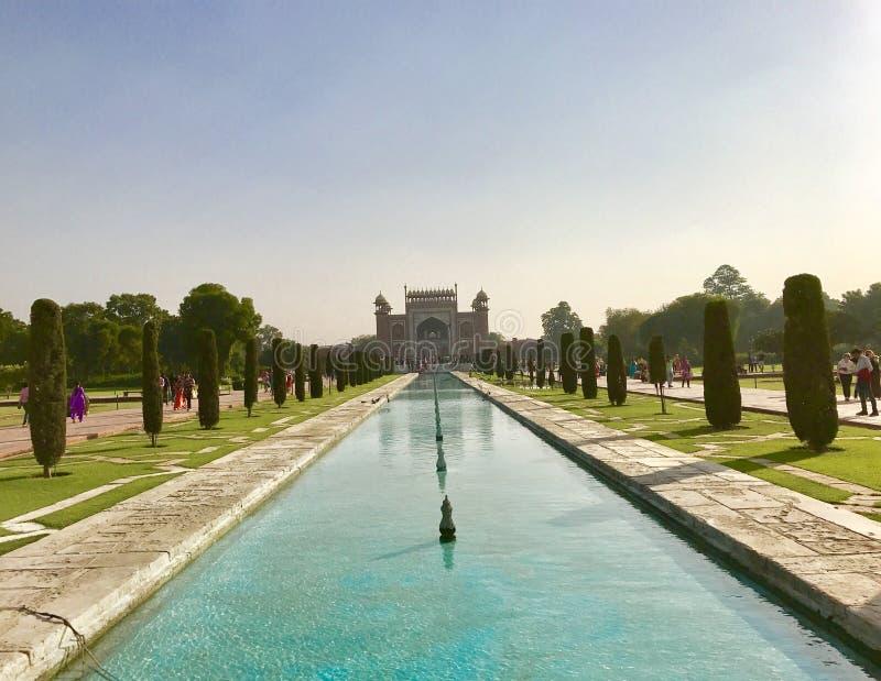 Entrance utfärda utegångsförbud för till Taj Mahal arkivbilder