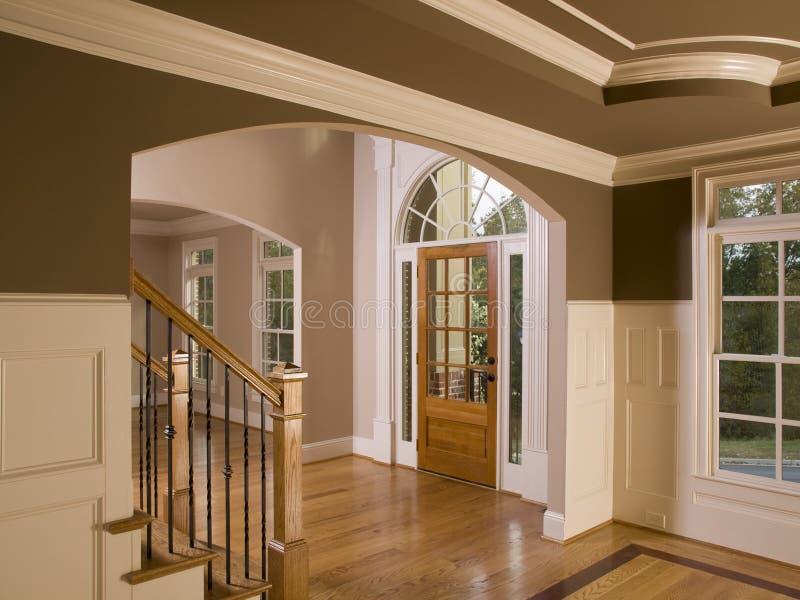 Entranceway casero de lujo con la escalera fotos de archivo
