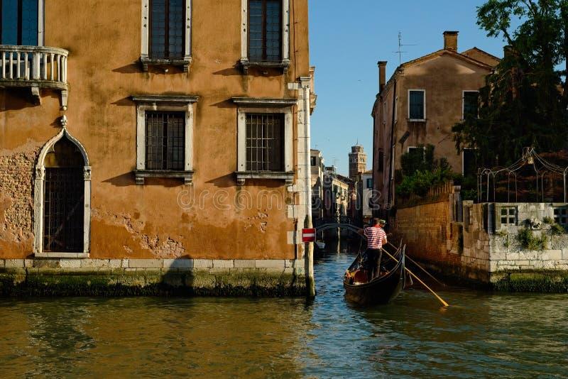 Entrando em um canal estreito em Veneza fotos de stock royalty free
