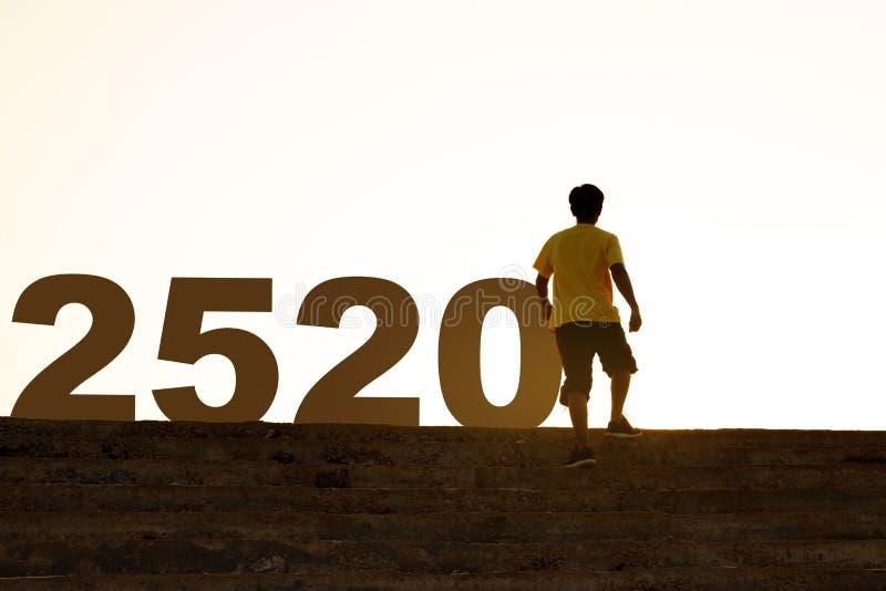 Entrando nel 2020, un giovane salirà per le scale di cemento, il concetto di ambizione e il successo immagini stock libere da diritti