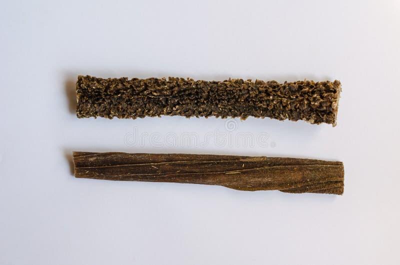 Entranhas da carne secada Duas varas em um fundo branco Macro Tiro de cima de fotografia de stock royalty free