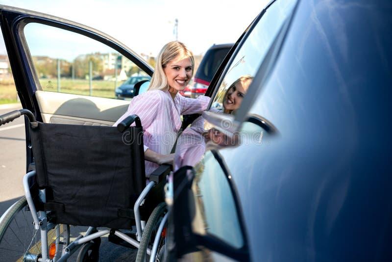 Entrar em seu carro pode ser uma pouco complicada se você é desafiado fisicamente imagens de stock