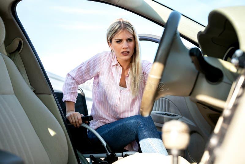 Entrar em seu carro pode ser uma pouco complicada se você é desafiado fisicamente fotografia de stock