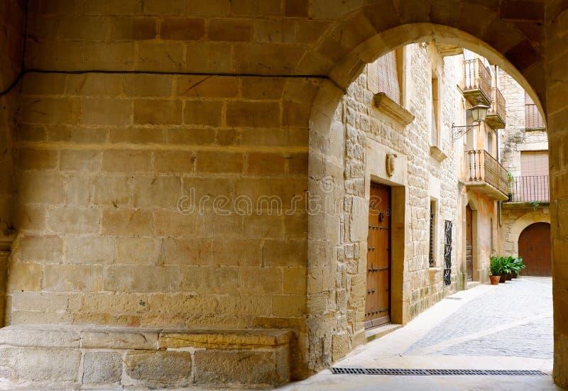 Entrata accogliente al cortile Villaggio di Calaceite, provincia di Teruel, l'Aragona, Spagna fotografia stock libera da diritti