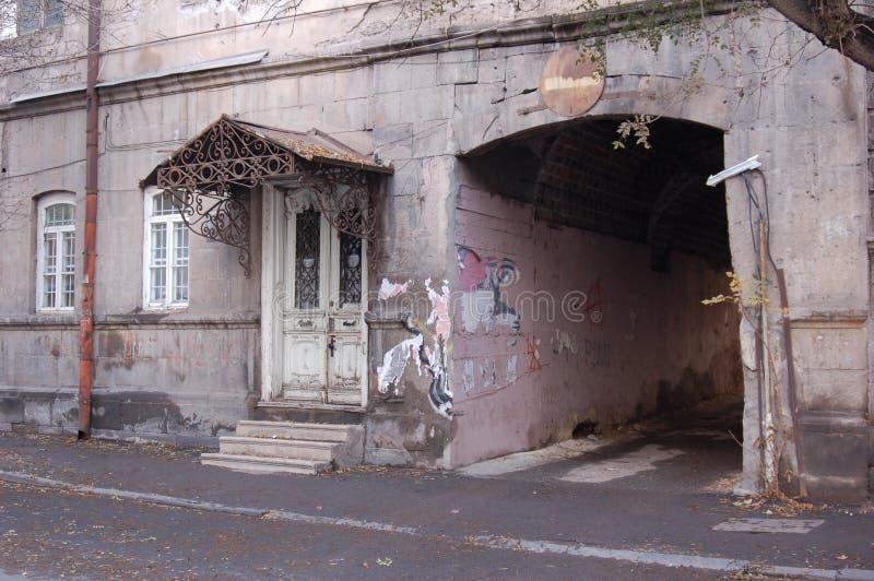 Entrata ad edificio residenziale a Yerevan immagini stock