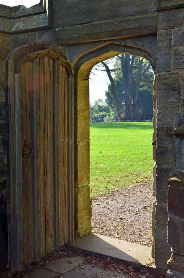 Entrata ad un giardino segreto fotografia stock libera da diritti