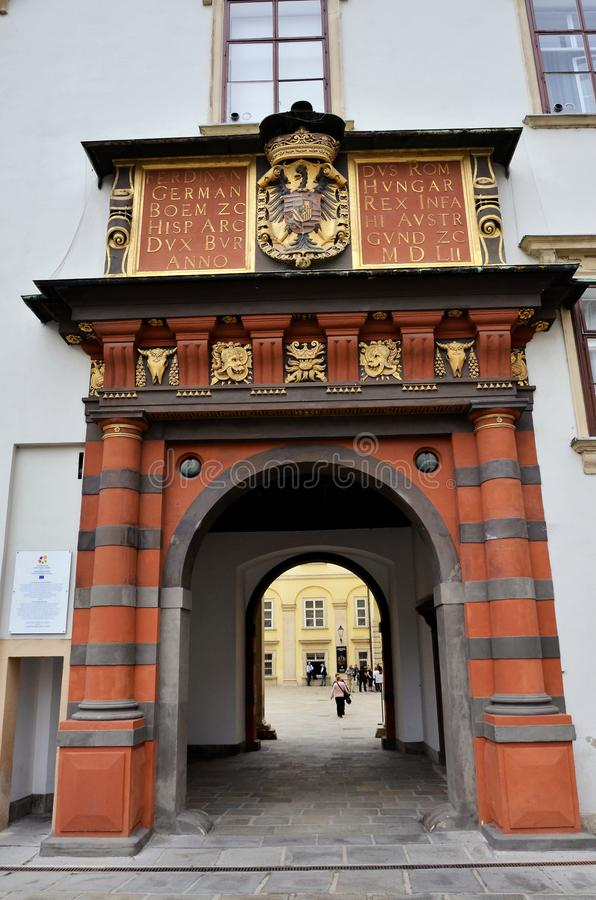 Entrata ad un palazzo storico a Vienna immagine stock