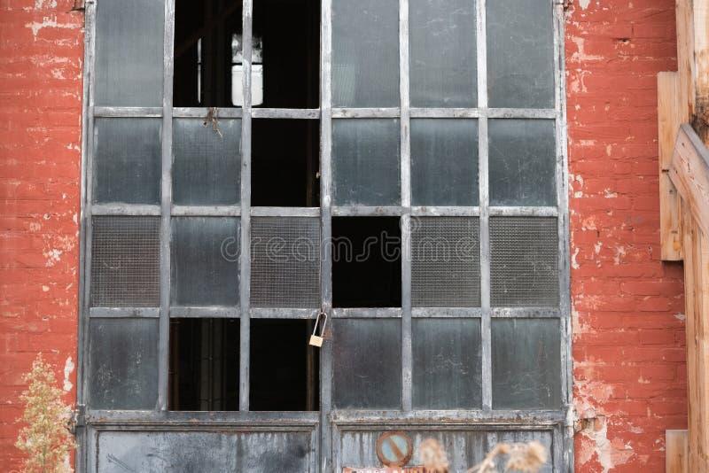 Entrata ad un vecchio garage fotografie stock libere da diritti