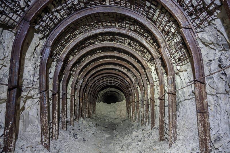 Entrata al adit abbandonato del gesso Sostegni del tetto della miniera metallifera fotografie stock