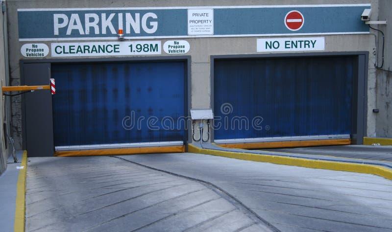 Entrata al garage di parcheggio immagini stock libere da diritti