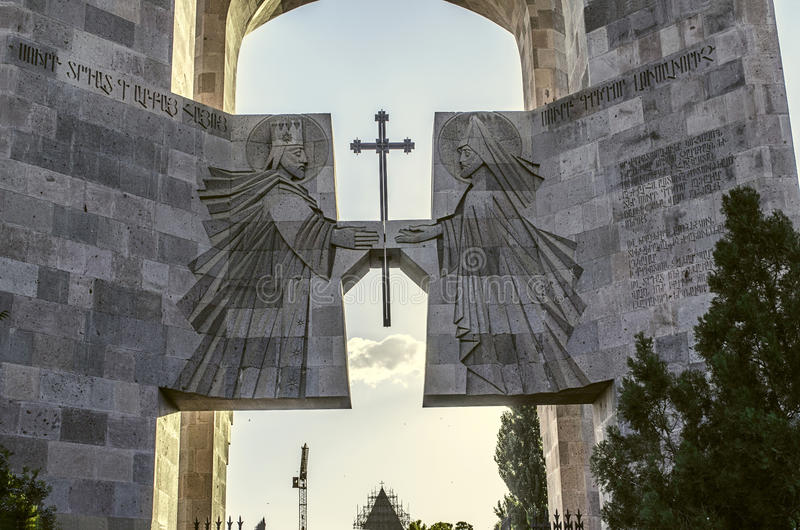 Entrata al monastero di Echmiadzin con l'altare all'aperto fotografia stock