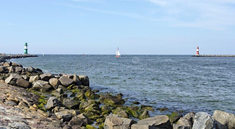 Entrata al porto di Warnemuende fotografie stock
