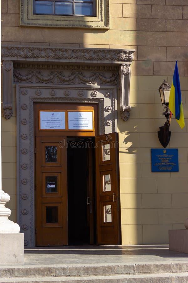 Entrata al posto del seggio elettorale nella costruzione dell'università Elezione del presidente dell'Ucraina Bandiera ucraina immagine stock libera da diritti