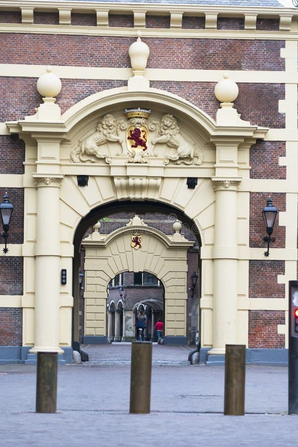 Entrata al quadrato di Binnenhof a L'aia fotografia stock libera da diritti