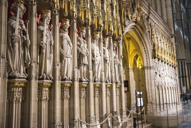 Entrata al Quire nella cattedrale di York, Regno Unito, caratterizzante statu di pietra fotografie stock libere da diritti