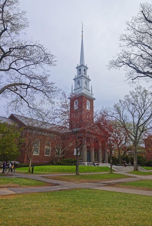 Entrata alla chiesa commemorativa e turisti nell'iarda di Harvard fotografia stock libera da diritti