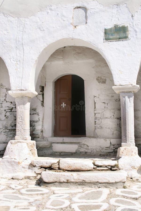 Entrata alla chiesa ortodossa Paros, Grecia immagini stock