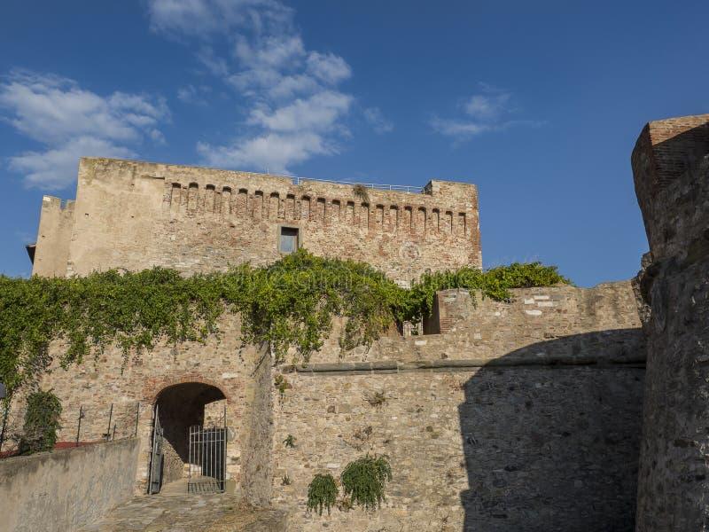 Entrata alla fortezza di Medicea di Piombino, Italia fotografie stock libere da diritti