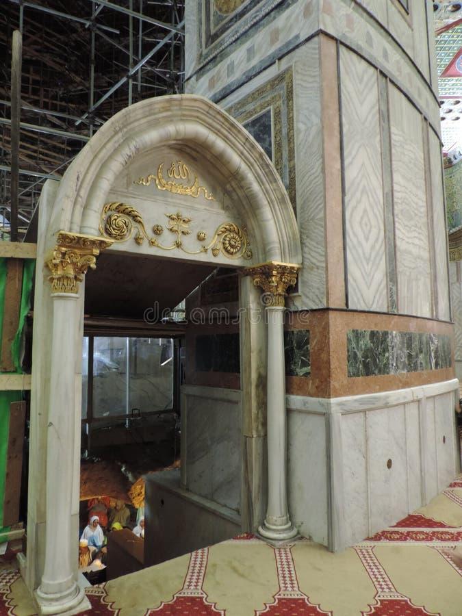 Entrata alla prima pietra dentro la cupola della roccia, anche conosciuta come la moschea di Al-Aqsa a Gerusalemme fotografia stock