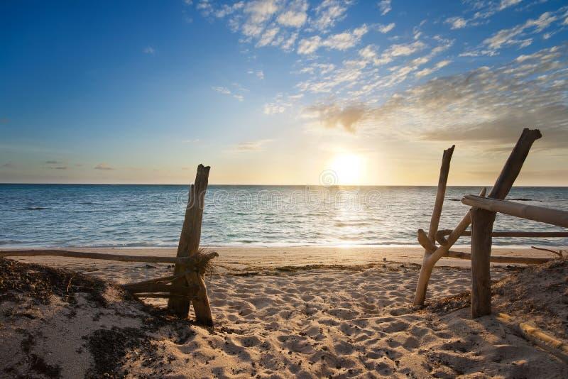 Entrata alla spiaggia isolata ad alba fotografie stock libere da diritti