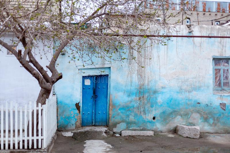 Entrata alla tomba e porta aperta in scià-Io-Zinda, un complesso commemorativo, necropoli a Samarcanda, l'Uzbekistan immagine stock libera da diritti