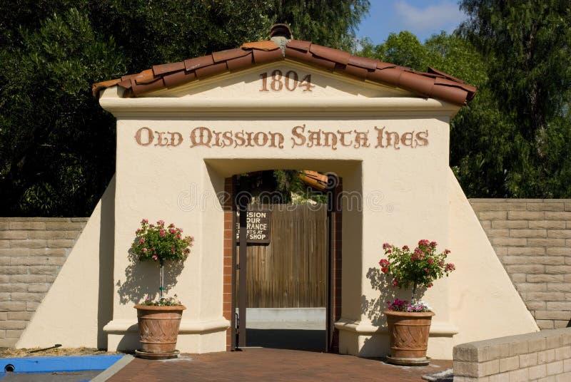 Entrata alla vecchia missione Santa Ines in Solvang, California immagini stock libere da diritti