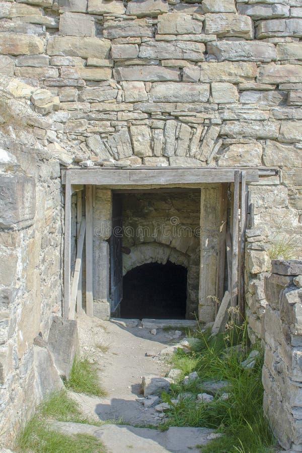 Entrata alle rovine del castello medievale immagini stock libere da diritti