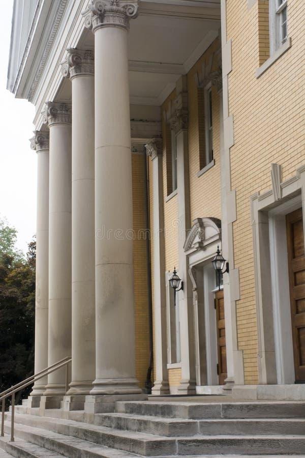 Entrata anteriore con le colonne fotografie stock libere da diritti