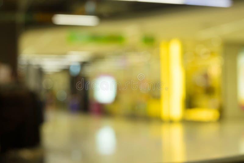 Entrata anteriore del negozio di vestiti Defocused che visualizza donna \ 'fashi di s immagine stock libera da diritti