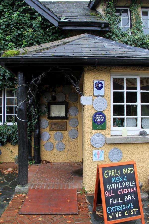 Entrata anteriore del ristorante famoso delle oche selvatiche, vincitore di molti premi per alimento e servizio, Adare, Irlanda,  immagini stock libere da diritti