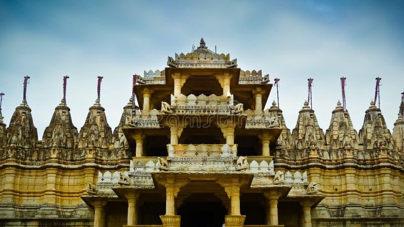 Entrata anteriore del tempio Jain di Ranakpur immagine stock