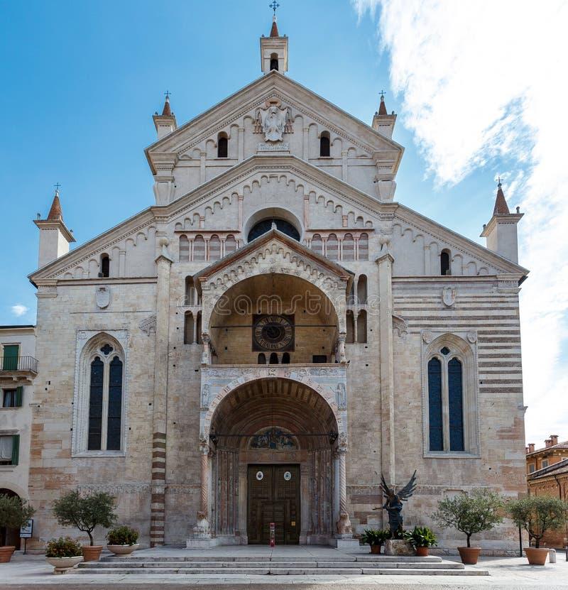 Entrata anteriore di una chiesa di pietra storica fotografia stock libera da diritti