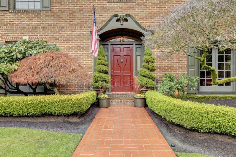 Entrata classica della casa con mattoni a vista immagine for Piani di costruzione della casa libera