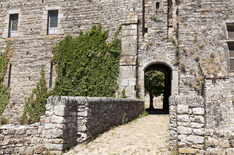 Entrata con il ponticello degli archi del castello fortificato fotografia stock