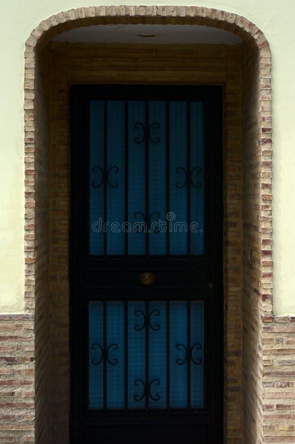 Entrata con la porta blu e nera fotografie stock