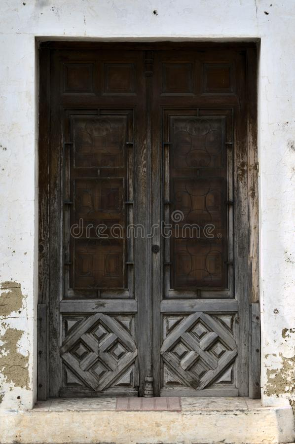 Entrata con la vecchia porta di legno fotografie stock