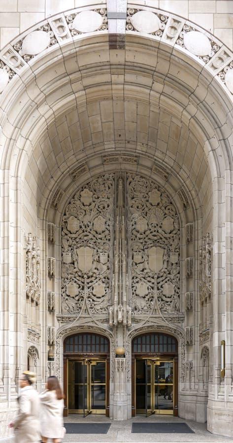 Entrata con un grande arco decorato e le porte girevoli della torre della tribuna in Chicago fotografia stock