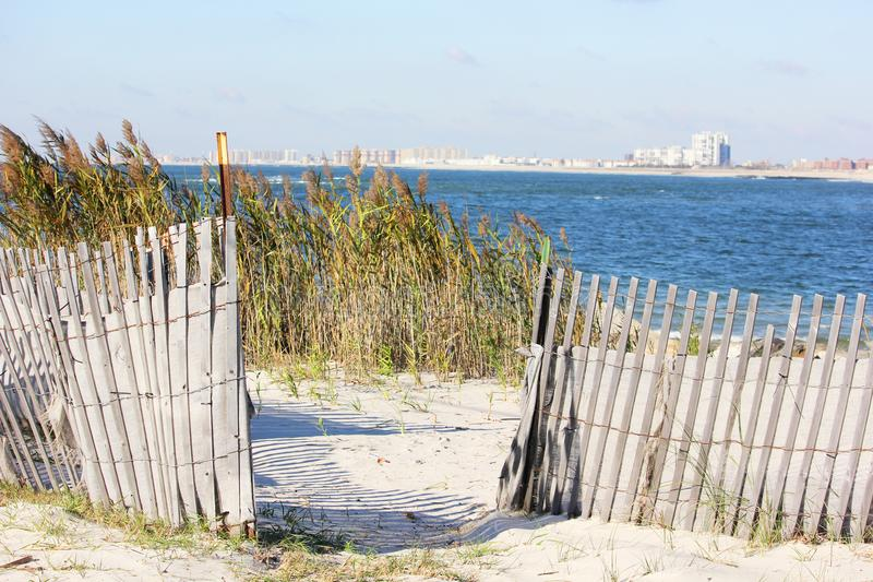 Entrata da abbaiare lato della spiaggia fotografia stock libera da diritti
